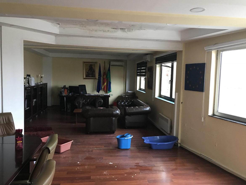 ФОТО: Се поплави кабинетот на градоначалникот на Шуто Оризари